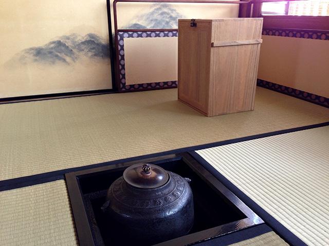 ケース好きにはたまらない千利休考案の旅箪笥。アウトドアで茶を点てる!