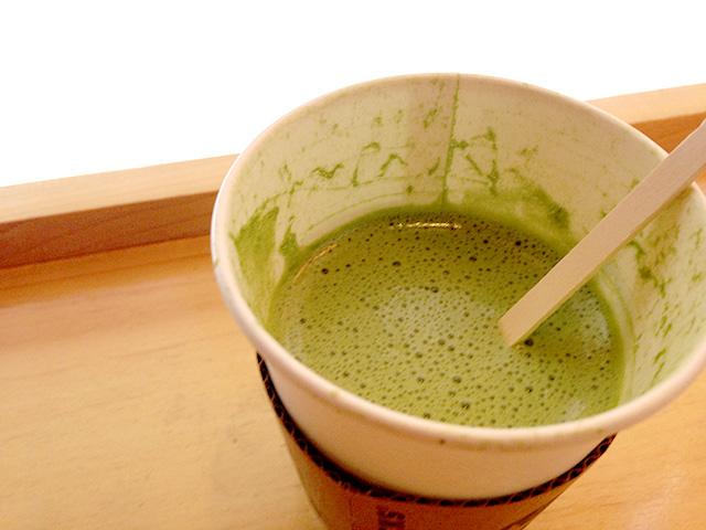 カスタマイズした抹茶ティーラテは混ぜながら飲みましょう。